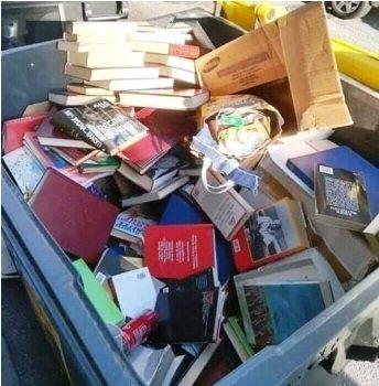 Livros no lixo